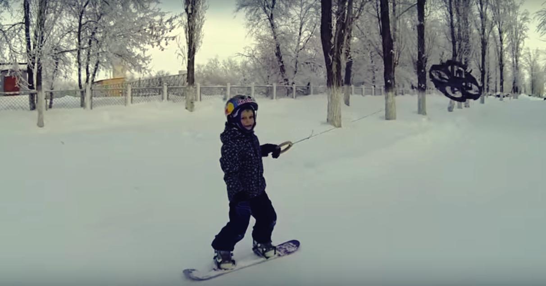 Este niño hace snowboard empujado por un drone