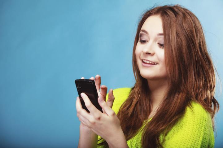 teenage-girl-with-mobile-phone-texting