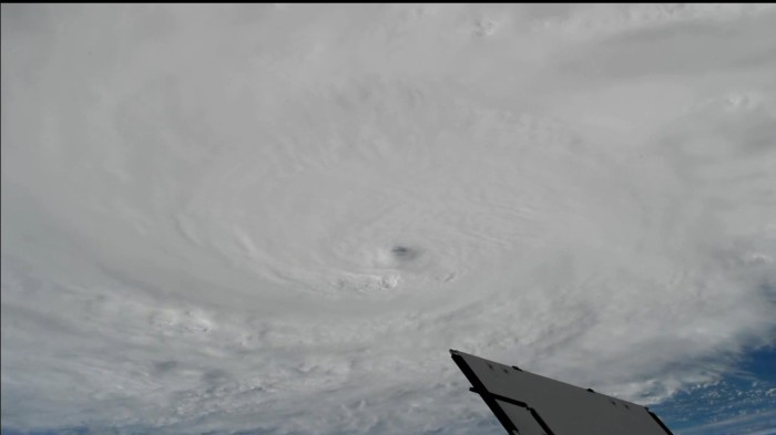 ct-video-hurricane-matthew-space-station-20161003